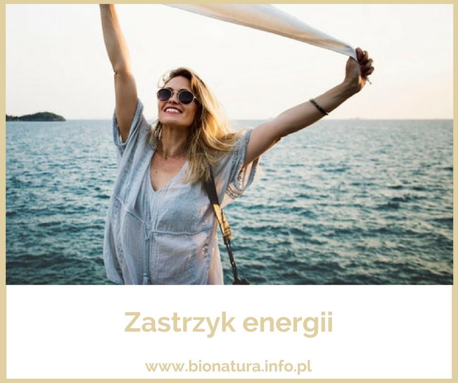 maseczka zastrzyk energii, kobieta z chustą na tle morza