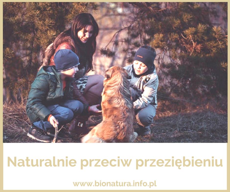 mama z dziećmi bawiąca sie z psem, przeziębienie, naturlane metody na przeziębienie, dr nona, kwartet soli dr nona