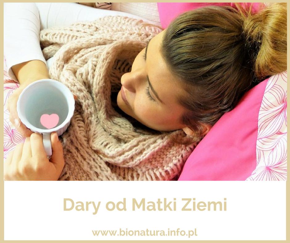dziewczyna przeziębiona z kubkiem herbaty, przeziębienie, naturlane spsooby radzenia sobie z przeziębieniem